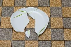 Σπασμένο πιάτο στο πάτωμα Στοκ εικόνα με δικαίωμα ελεύθερης χρήσης