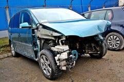 Σπασμένο, ραγισμένο αυτοκίνητο στην υπηρεσία στοκ εικόνες