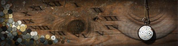 Σπασμένο ρολόι τσεπών με τα παλαιά νομίσματα Στοκ Φωτογραφίες