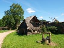 σπασμένο σπίτι παλαιό καλά Στοκ εικόνα με δικαίωμα ελεύθερης χρήσης