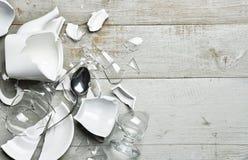 Σπασμένο το γυαλί τσάι γυαλιού κρασιού πιάτων κοιλαίνει sauser το κουτάλι με το fragme στοκ εικόνα με δικαίωμα ελεύθερης χρήσης