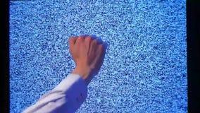 Σπασμένο υπόβαθρο χεριών ατόμων TV hd φιλμ μικρού μήκους