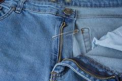 Σπασμένο φερμουάρ τζιν παντελόνι που καθορίζεται με την καρφίτσα ασφάλειας Στοκ φωτογραφίες με δικαίωμα ελεύθερης χρήσης