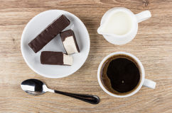 Σπασμένο marshmallow στη σοκολάτα στο πιάτο, γάλα, καφές στο φλυτζάνι Στοκ εικόνα με δικαίωμα ελεύθερης χρήσης