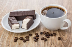 Σπασμένο marshmallow στη σοκολάτα στο πιάτο, φασόλια καφέ και coffe Στοκ εικόνες με δικαίωμα ελεύθερης χρήσης