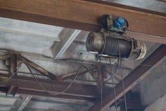 Σπείρα με το σχοινί μετάλλων που συνδέεται με την ακτίνα στην κατασκευή Στοκ Εικόνα