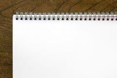 σπείρα σημειωματάριων γραφείων ξύλινη Στοκ εικόνα με δικαίωμα ελεύθερης χρήσης