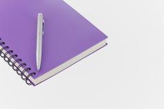 Σπείρα σημειωματάριων - συνδεδεμένη και μάνδρα στο άσπρο υπόβαθρο Στοκ φωτογραφία με δικαίωμα ελεύθερης χρήσης