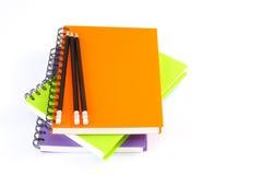 Σπείρα σημειωματάριων - συνδεδεμένη και μολύβι στο άσπρο υπόβαθρο Στοκ Εικόνα