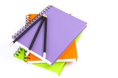Σπείρα σημειωματάριων - συνδεδεμένη και μολύβι στο άσπρο υπόβαθρο Στοκ φωτογραφίες με δικαίωμα ελεύθερης χρήσης