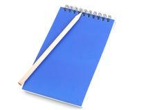 Σπείρα σημειωματάριων - συνδεδεμένη και μολύβι στο άσπρο υπόβαθρο Στοκ φωτογραφία με δικαίωμα ελεύθερης χρήσης