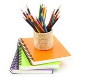 Σπείρα σημειωματάριων - συνδεδεμένη και μολύβι στο άσπρο υπόβαθρο Στοκ εικόνα με δικαίωμα ελεύθερης χρήσης