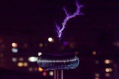 Σπείρα τέσλα με την μπλε αστραπή Στοκ φωτογραφίες με δικαίωμα ελεύθερης χρήσης