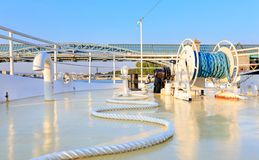 Σπείρα του σχοινιού στο μέτωπο μιας βάρκας στοκ φωτογραφίες με δικαίωμα ελεύθερης χρήσης