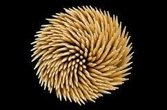 Σπείρα toothpicks στη μαύρη ανασκόπηση στοκ φωτογραφία