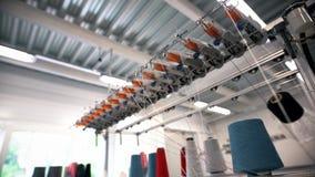 Σπείρες νημάτων στο υφαντικό εργοστάσιο απόθεμα βίντεο