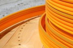 Σπείρες των πορτοκαλιών πλαστικών σωλήνων για την εγκατάσταση του undergroun Στοκ φωτογραφία με δικαίωμα ελεύθερης χρήσης