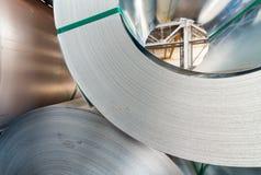 Σπείρες Metail που συσσωρεύονται σε μια αποθήκη εμπορευμάτων Στοκ φωτογραφία με δικαίωμα ελεύθερης χρήσης