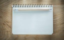Σπειροειδές κενό μολύβι σημειωματάριων στον ξύλινο πίνακα Στοκ φωτογραφία με δικαίωμα ελεύθερης χρήσης