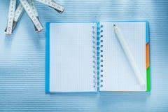 Σπειροειδές μολύβι σημειωματάριων που μετρά την έννοια κατασκευής ταινιών Στοκ Εικόνες