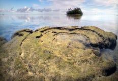 Σπειροειδής βράχος ενάντια στις νήσους Rarotonga Κουκ λιμνοθαλασσών Muri Στοκ φωτογραφίες με δικαίωμα ελεύθερης χρήσης