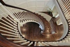 Σπειροειδής σκάλα με το ξύλινο κιγκλίδωμα Στοκ Φωτογραφία