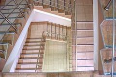Σπειροειδής σκάλα σε ένα από τα κτήρια πόλεων Στοκ φωτογραφία με δικαίωμα ελεύθερης χρήσης