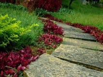 Σπειροειδής σκάλα στον κήπο Έννοια με τα ανθρώπινα ίχνη Στοκ εικόνες με δικαίωμα ελεύθερης χρήσης