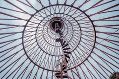 Σπειροειδής σκάλα του σκουριασμένου εγκαταλειμμένου πύργου νερού Πρώτο hyperboloid του μηχανικού Shukhovl Στοκ φωτογραφία με δικαίωμα ελεύθερης χρήσης