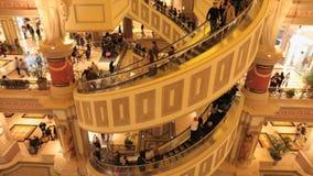Σπειροειδής κυλιόμενη σκάλα στα καταστήματα φόρουμ φιλμ μικρού μήκους