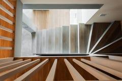 Σπειροειδή ξύλινα σκαλοπάτια Στοκ φωτογραφία με δικαίωμα ελεύθερης χρήσης