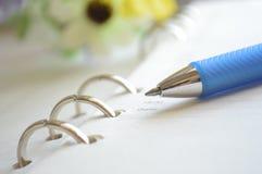 Σπειροειδείς σημειωματάριο και πέννα Στοκ εικόνα με δικαίωμα ελεύθερης χρήσης