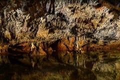 Σπηλιά ασβεστόλιθων με τη λίμνη Στοκ φωτογραφίες με δικαίωμα ελεύθερης χρήσης