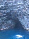 Σπηλιά και καταρράκτης στα βουνά και τους απότομους βράχους ακτών Napali που βλέπουν από το Ειρηνικό Ωκεανό - Kauai νησί, Χαβάη Στοκ Εικόνα