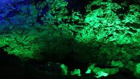 Σπηλιά καρστ στην ποικιλία του χρωματισμένου φωτός απόθεμα βίντεο