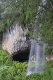 σπηλιά κοντά στον καταρράκ Στοκ Εικόνες