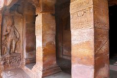 Σπηλιά 2: Λουλούδια εκμετάλλευσης Dwarpala, σπηλιές Badami, Karnataka Οι χαρασμένοι στυλοβάτες του varandah βλέπουν επίσης Στοκ Εικόνες