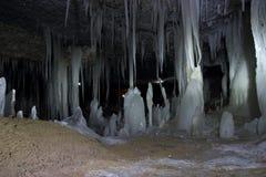 Σπηλιά πάγου, μεγάλα παγάκια που κρεμά από το ανώτατο όριο στοκ φωτογραφία