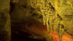 Σπηλιά στη Γεωργία Σταλακτίτες και σταλαγμίτες σε μια σπηλιά φιλμ μικρού μήκους