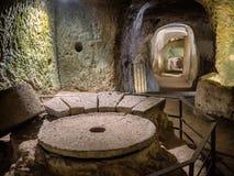 Σπηλιές Etruscan κάτω από Orvieto που γίνεται για τα πουλιά και την υπεράσπιση αναπαραγωγής Στοκ φωτογραφία με δικαίωμα ελεύθερης χρήσης