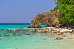 Σπηλιά λαβής στην παραλία Koh Lipe Στοκ φωτογραφία με δικαίωμα ελεύθερης χρήσης
