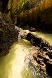 Σπηλιά ασβεστόλιθων καρστ στην τροπική παραλία. Ταϊλάνδη Στοκ Εικόνες