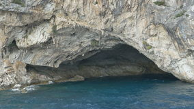 Σπηλιά θάλασσας στη δύσκολη ακτή απόθεμα βίντεο