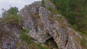 Σπηλιά στην κεραία βράχου επάνω κοντά απόθεμα βίντεο