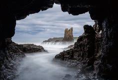 Σπηλιά στον απότομο βράχο Στοκ Φωτογραφία