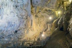 Σπηλιά στο νησί Antiparos στην Ελλάδα με τους σταλακτίτες και τους σταλαγμίτες Στοκ Φωτογραφία