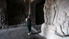 Σπηλιά Ellora τουριστών απόθεμα βίντεο