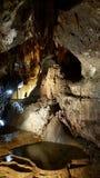 Σπηλιά SU Mannau με το όργανο σωλήνων των σταλακτιτών και την εσωτερική λίμνη νερού στοκ εικόνες