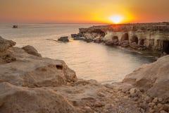 Σπηλιές θάλασσας στο ηλιοβασίλεμα κλίση που αλιεύει το μεσογειακό καθαρό τόνο θάλασσας παράδεισος φύσης στοιχείων σχεδίου σύνθεση Στοκ Φωτογραφία