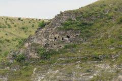 Σπηλιές στους απότομους βράχους Στοκ φωτογραφίες με δικαίωμα ελεύθερης χρήσης